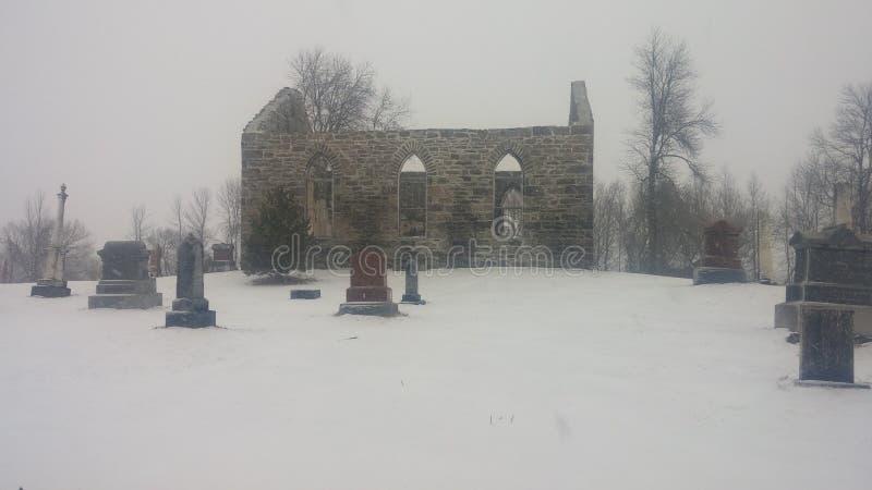 Kirche ruinierter Friedhof lizenzfreie stockfotografie