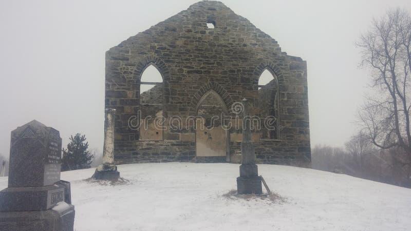 Kirche ruinierter Friedhof stockbild