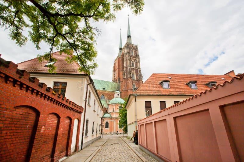 Kirche spiers des historischen Bezirkes der polnischen Stadt mit schmalen Pflasterstraßen lizenzfreies stockfoto