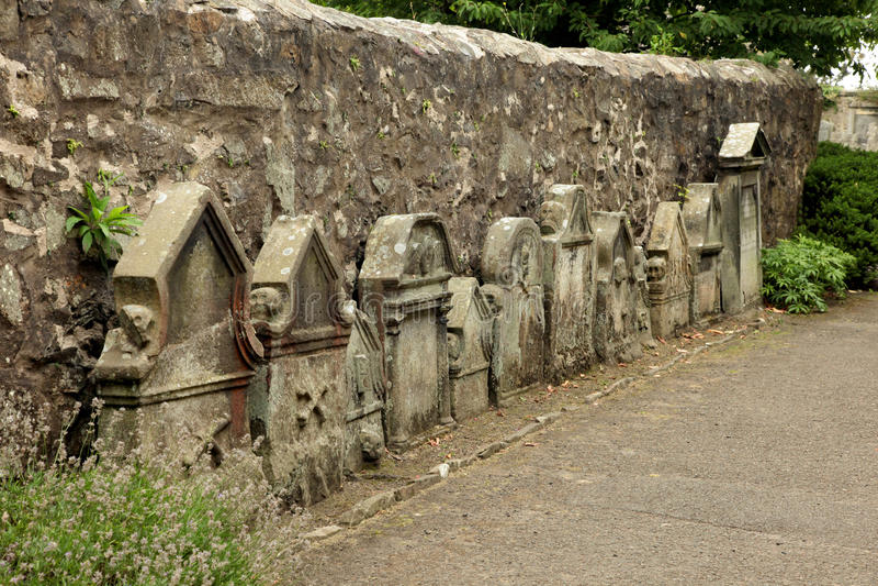 Kirche St. Fillans - eine Ansicht des alten Friedhofs bei Aberdour lizenzfreies stockfoto