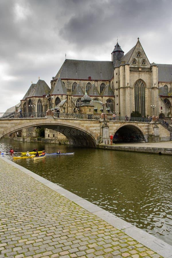 Kirche und Brücke Sint-Michielskerk (St Michael) über Leie, Ghe stockfotografie