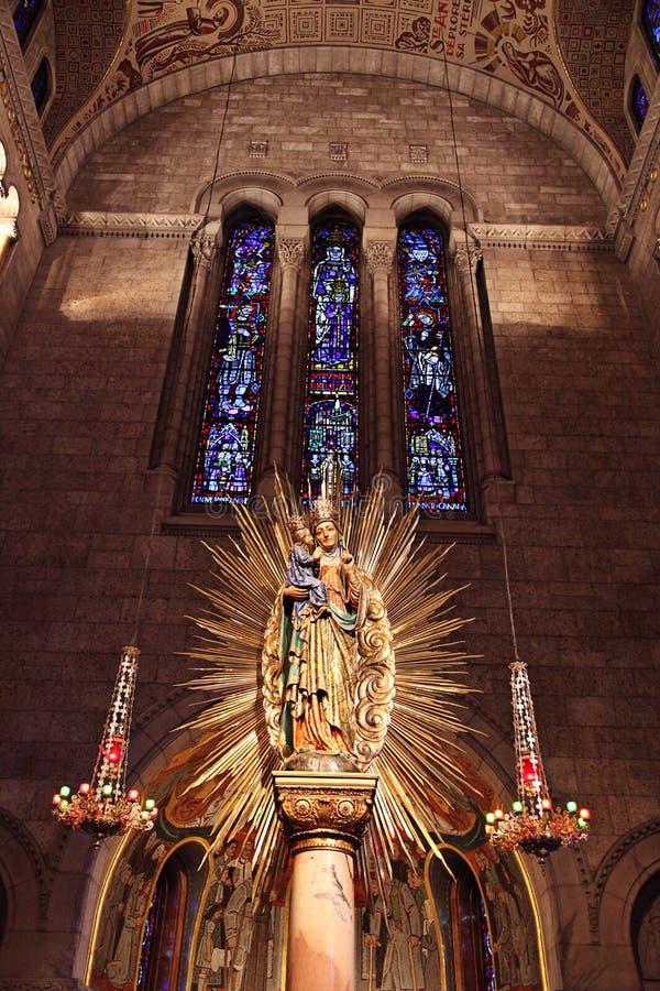 Kirche- und Fleckglasfenster lizenzfreie stockfotografie