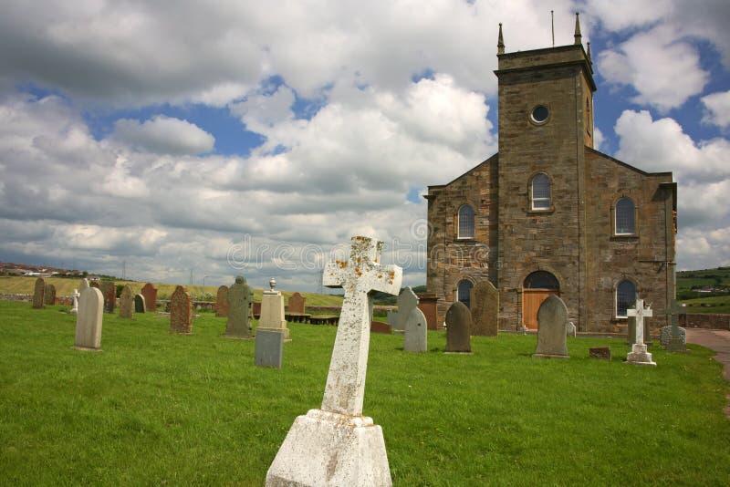 Kirche und Friedhof lizenzfreies stockfoto