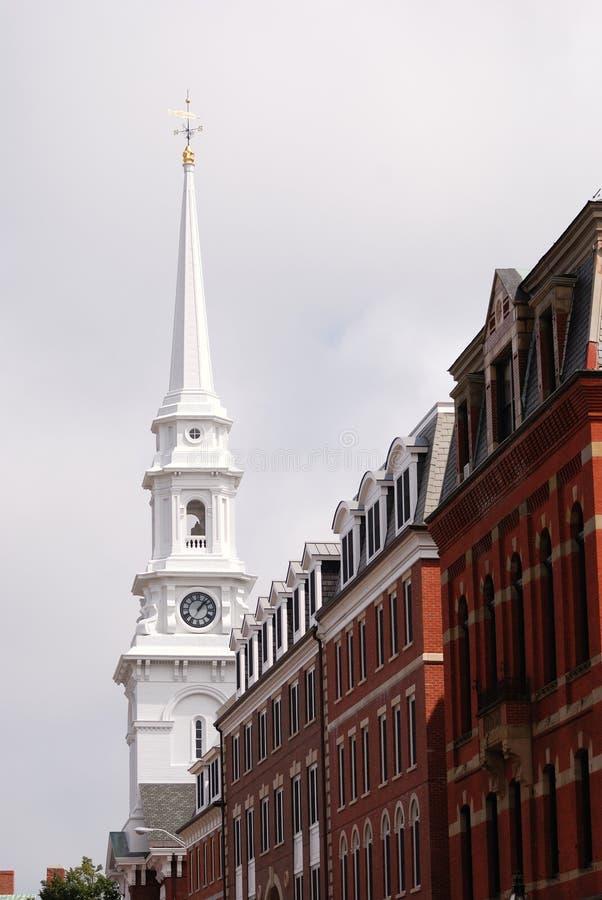 Kirche und Gebäude lizenzfreie stockfotografie