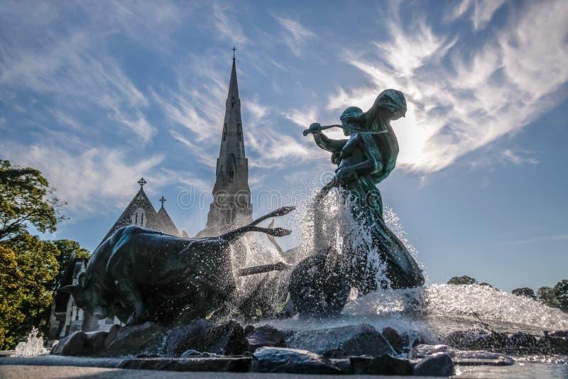 Kirche und Gefion Fountain St.-Alban in Kopenhagen stockfotografie