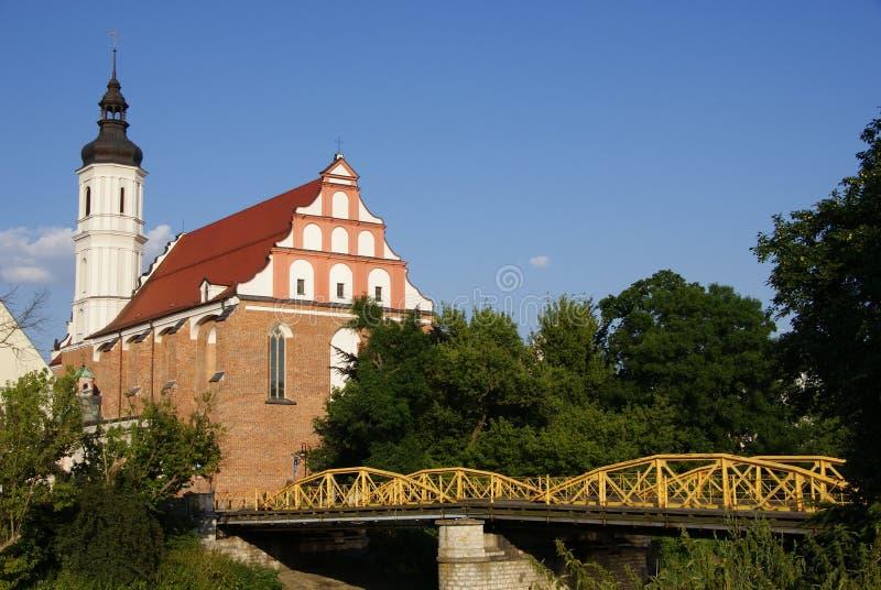 Kirche und gelbe Brücke lizenzfreie stockfotos