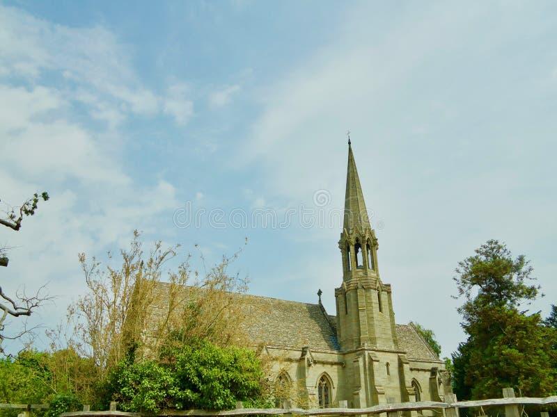 Kirche und großer Himmel stockbild