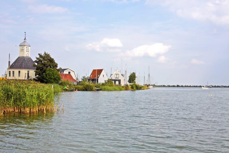Kirche und Häuser vom Holz in den Niederlanden lizenzfreie stockbilder