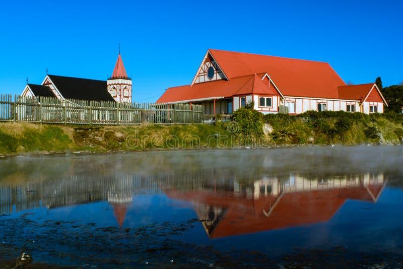 Kirche und Lebensmittelhalle nahe bei dem Heißwasserfluß stockfoto