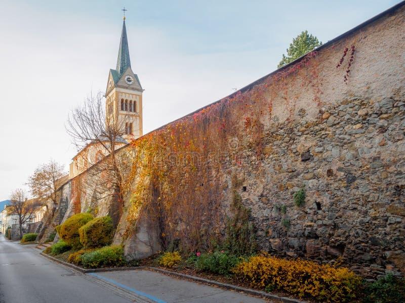 Kirche und Stadtmauer Radstadt stockbild