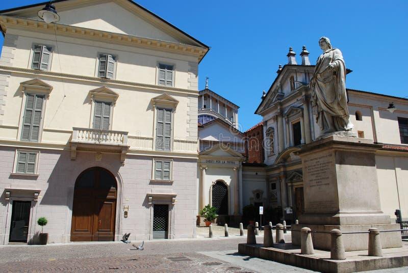 Kirche und Statue, Novara lizenzfreies stockbild