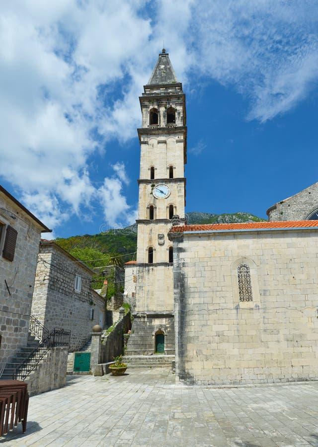 Kirche und Turm mit der Uhr stockfotos