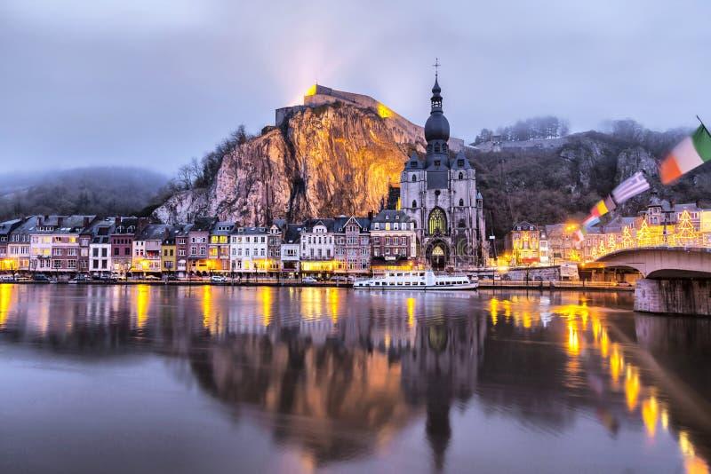 Kirche und Zitadelle, die im Fluss Maas, Dinant sich reflektieren lizenzfreie stockbilder