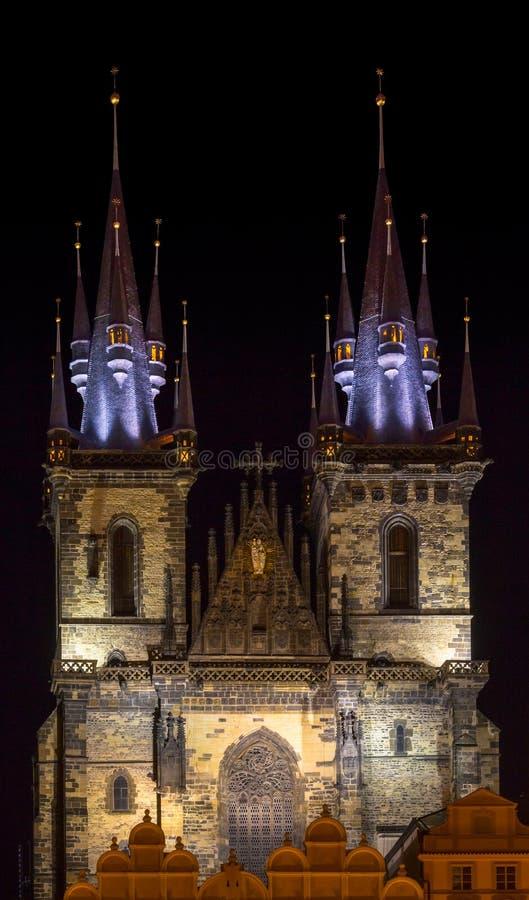 Kirche unserer Dame vor altem Quadrat bis zum Nacht lizenzfreies stockbild