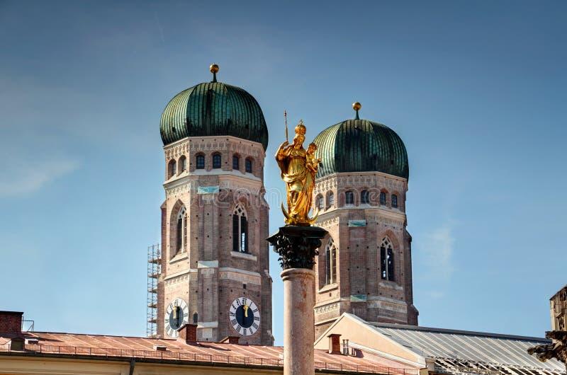 Kirche unseres Dame und Mary-` s Marksteine der Spalte zwei von München lizenzfreie stockfotos