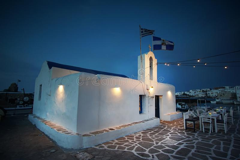 Kirche von Agios Nikolaos n der reizend Hafen von Naoussa, Paros-Insel stockfotos