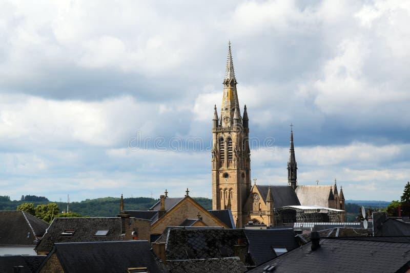 Kirche von Arlon über den Dächern der alten Stadt gegen ein bewölktes lizenzfreie stockfotos
