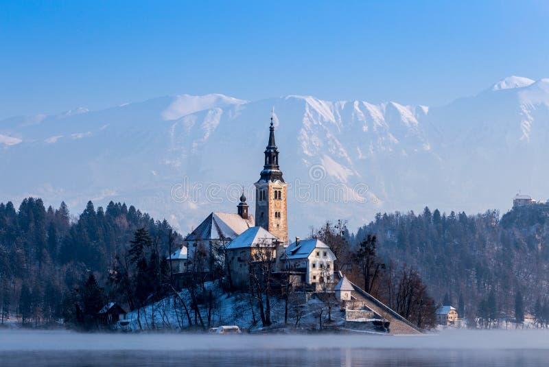 Kirche von Bled im Winter Slowenien stockfotos
