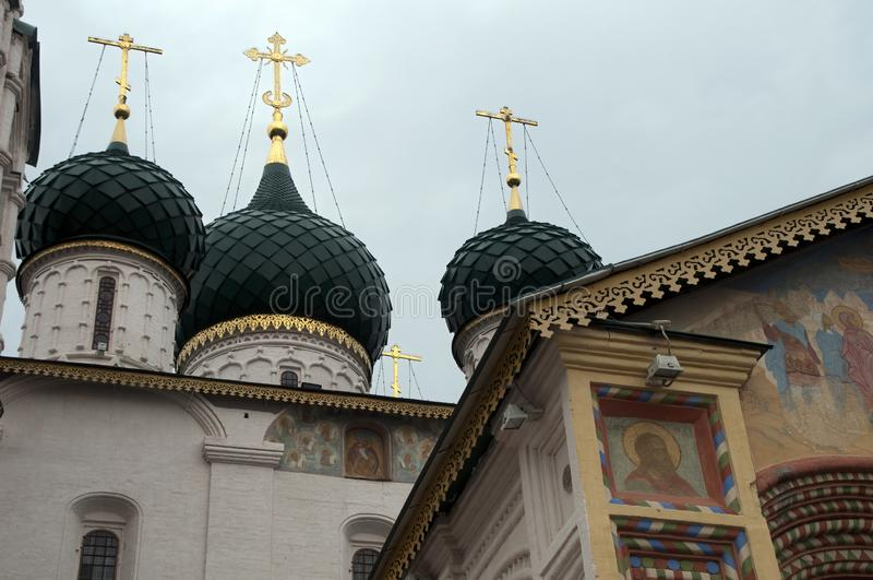 Kirche von Elija die Prophethauben mit Goldkreuzen stockfotografie