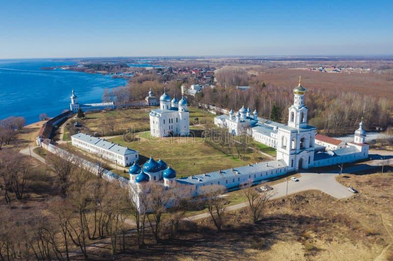 Kirche von Exaltation des Kreuzes in russischem orthodoxem Yuriev-Kloster in Veliky Novgorod lizenzfreie stockbilder