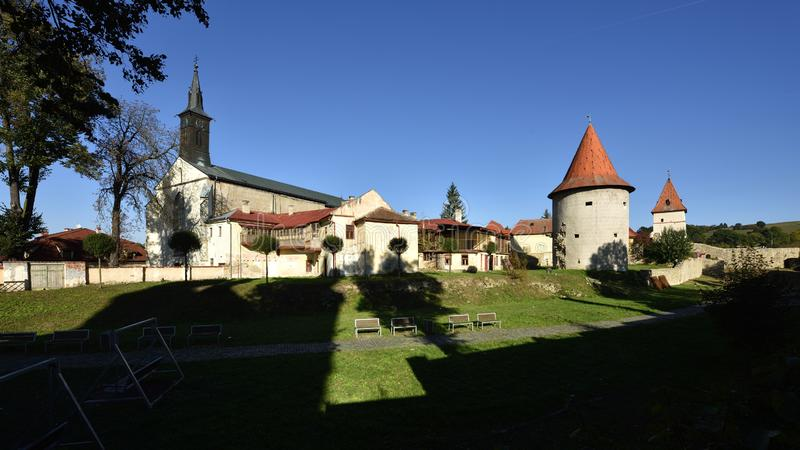 Kirche von Johannes der Baptist u. Stadtmauern, Bardejov, Slowakei stockfoto