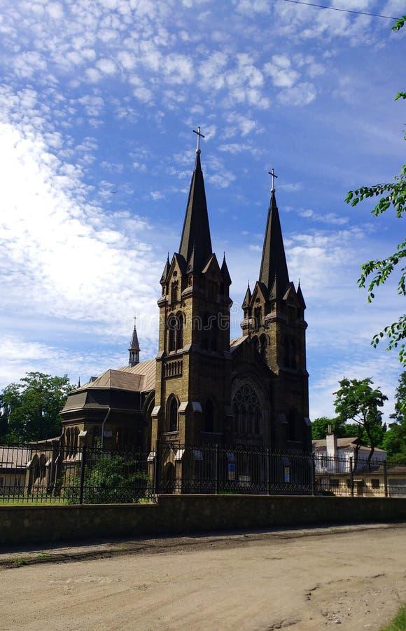 Kirche von Sankt Nikolaus gegen einen Hintergrund des schönen Himmels und der schönen Wolken stockfotografie