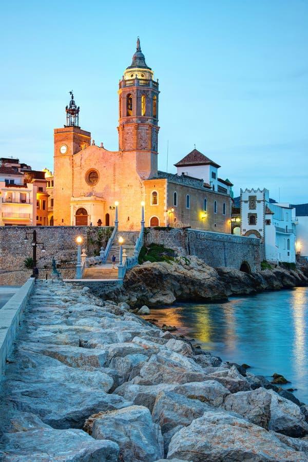 Kirche von Sant Bertomeu und von Santa Tecla in Sitges bis zum Nacht Costa Brava, Spanien stockfotografie