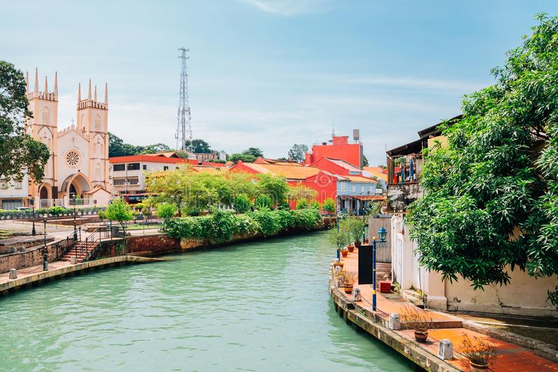 Kirche von St. Francis Xavier und Kanal in Malakka, Malaysia stockfoto