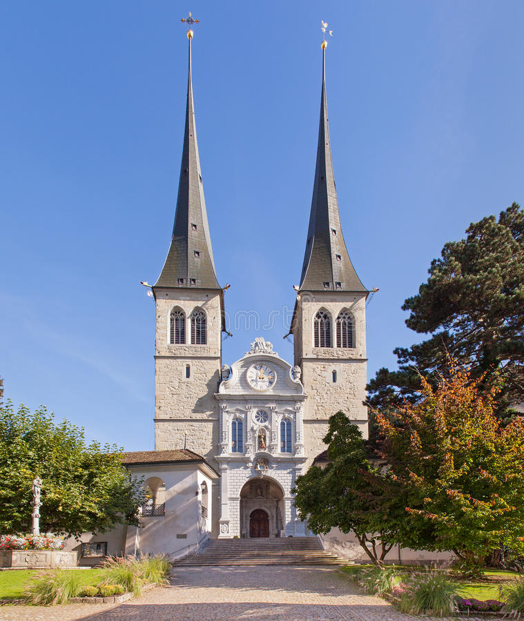 Kirche von St. Leodegar in der Luzerne stockbilder