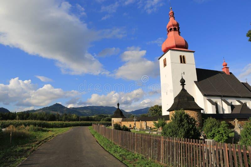 Kirche von SV Ladislav in Liptovske Matiasovce in Slowakei stockbilder