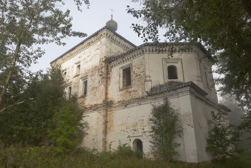 Kirche von Theotokos von Tikhvin in der Dreiheit-Gleden das Kloster von nebelhaftem auf einem Sommermorgen lizenzfreies stockbild
