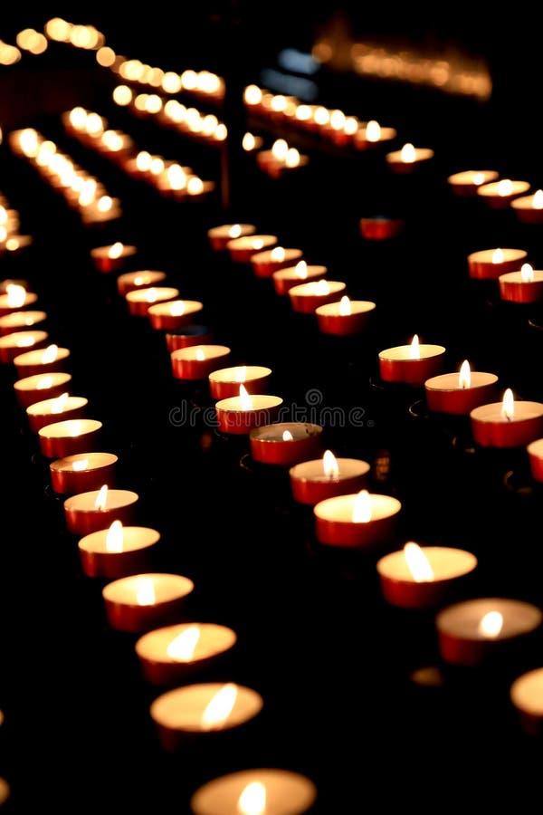 Kirche-Votive Kerzen stockfoto