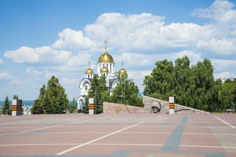 Kirche zu Ehren St George das siegreiche und das Denkmal des Sorgen machenden Mutter Mutterlandes im Siegquadrat im Samara lizenzfreies stockfoto