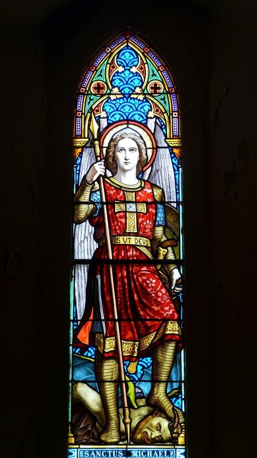 Kirchefenster Heiliges Michael des 19. Jahrhunderts lizenzfreies stockbild