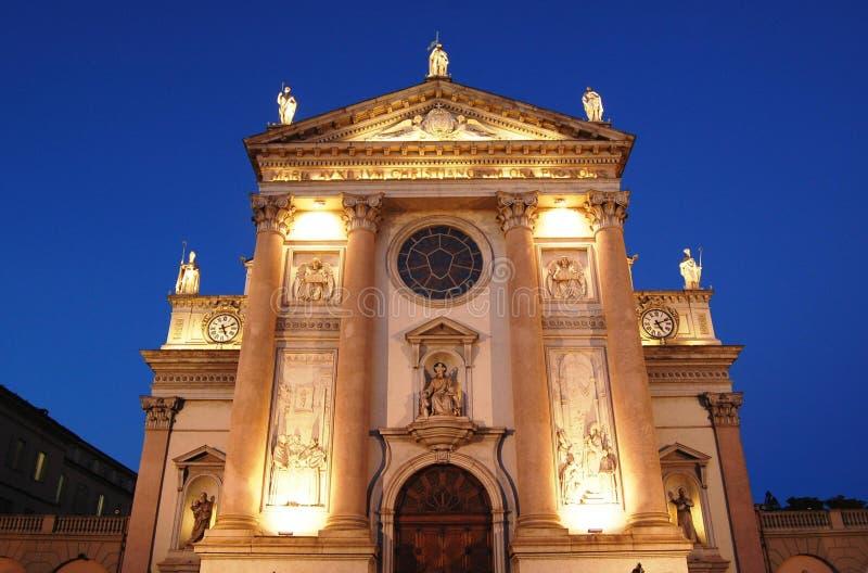Kirchefrontseite an der Dämmerung lizenzfreies stockbild