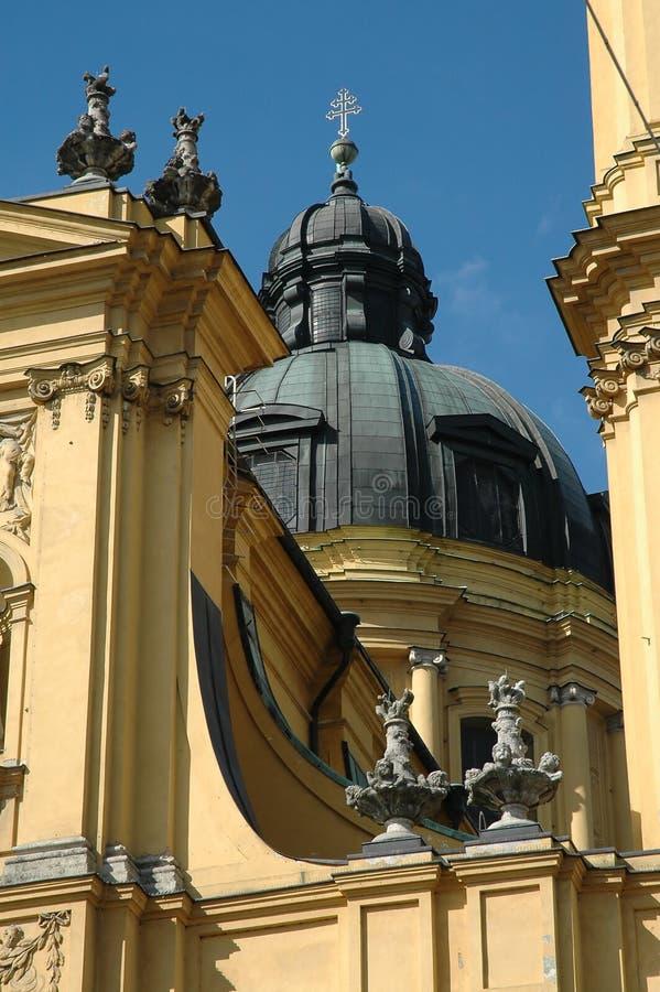Kirchehaube und -statuen in München, Deutschland lizenzfreie stockfotos