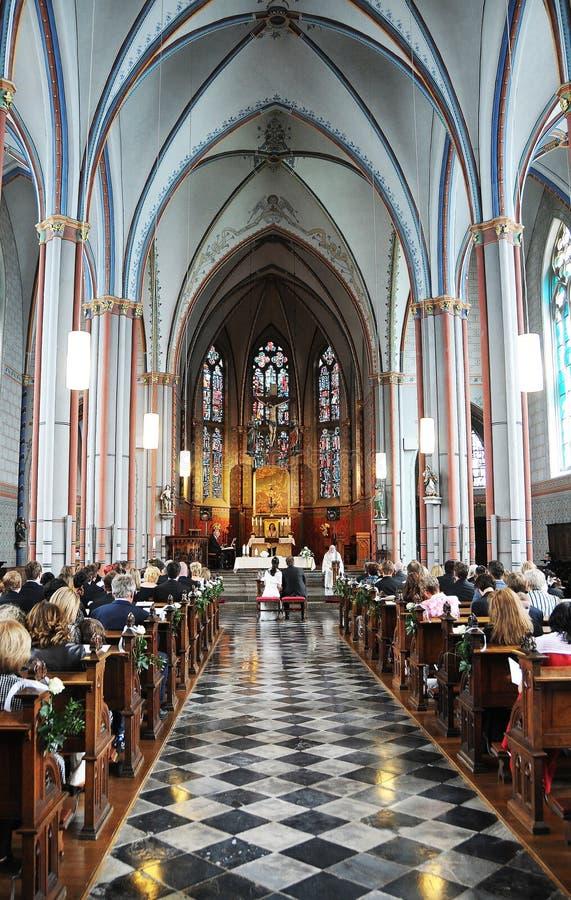 Kirchehochzeit lizenzfreie stockbilder