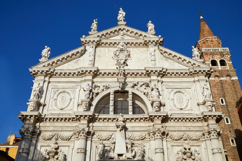 Kirchen-Dreimasterfassade Sans Moise in Venedig, blauer Himmel in Italien lizenzfreie stockbilder