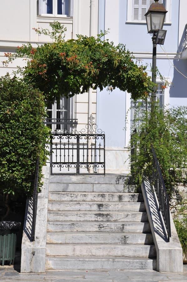 Kirchen-Hofeingang Agia Aikaterini von Athen in Griechenland lizenzfreie stockfotografie
