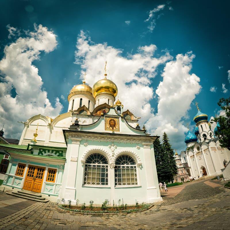 Kirchen im Kloster von Dreiheit Sergius Lavra in Sergiyev Posad lizenzfreies stockbild