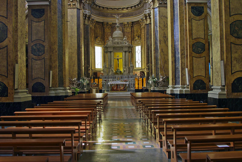 Kirchen-Innenraum in Pratola Peligna lizenzfreie stockbilder