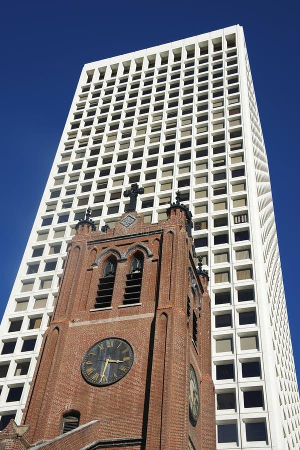 Kirchen-und Büro-Turm lizenzfreies stockbild