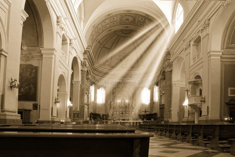 Kirchen- und Sonnenstrahl lizenzfreies stockbild