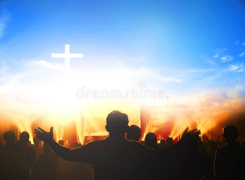 Kirchenanbetungskonzept: Christen, die ihre Hände im Lob und in der Anbetung an einem Nachtmusikkonzert anheben lizenzfreies stockfoto