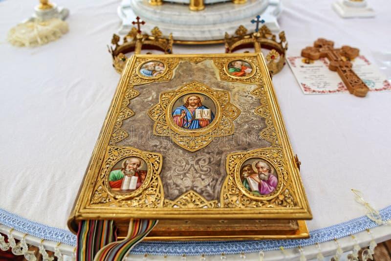Kirchenattribut eine goldene Bibel mit einem Verschluss auf dem Altar, das Evangelium, heilig, Gold krönt für Bräute mit Kreuzen stockfotos