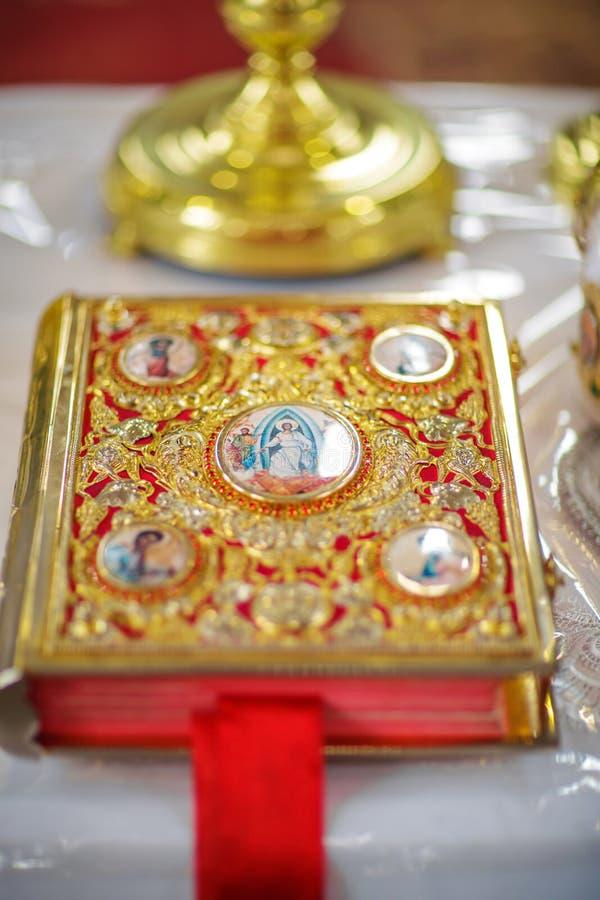 Kirchenattribut eine goldene Bibel mit einem Verschluss auf dem Altar, Evangelium, heiliges, rotes Bookmark lizenzfreies stockfoto