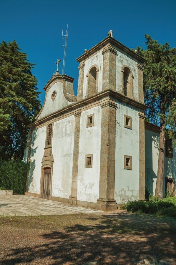 Kirchenfassade in der barocken Art mit abgenutzter Wand stockfotografie