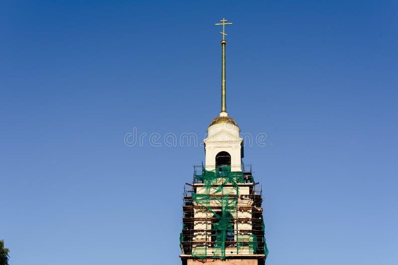 Kirchengebäude auf Hintergrund des blauen Himmels lizenzfreies stockbild