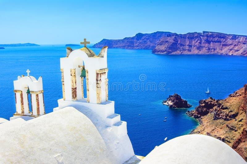 Kirchenglocken auf einer griechisch-orthodoxen Kirche, Oia, Santorini, Griechenland, stockbilder