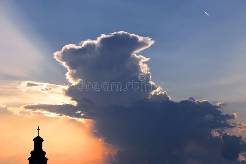 Kirchenhaube mit Kreuz auf die Oberseite bei Sonnenuntergang stockbilder
